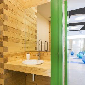 Baño en madera de abeto para reforma de centro de fisioterapia Dínamo