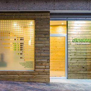 Fachada de madera en reforma de centro de fisioterapia Dínamo