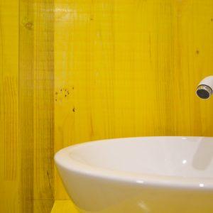Detalle de lavabo en reforma de heladería Mamma Mia con tablero de encofrado