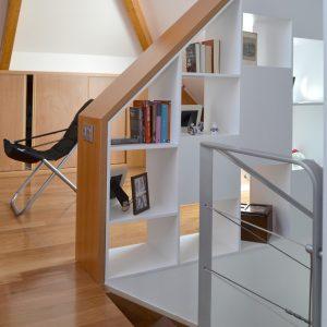 Estantería barandilla en escalera de acceso a buhardilla