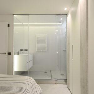Ducha y lavabo en dormitorio en reforma de piso llena de luz