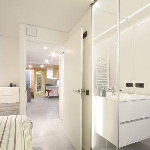 Baño integrado en dormitorio en reforma de piso interior en Pobadores