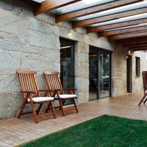 Porche exterior piedra y madera en rehabilitación de vivienda