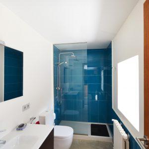 Baño blanco y azul en reforma de vivienda en Gondomar