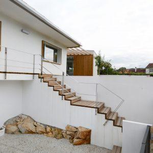 Escalera de acceso a vivienda en Mondariz sobre la roca