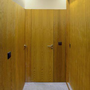 Puertas ocultas en castaño en distribuidor pasillo reforma vivienda en Mondariz