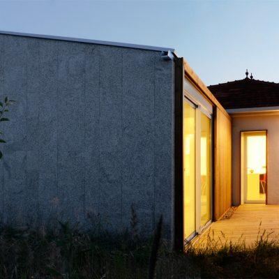 Iluminación nocturna de módulo añadido a vivienda