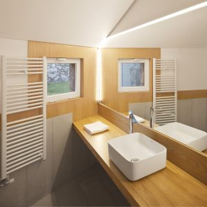 Encimera de baño en madera de castaño en vivienda tradicional en Moscoso