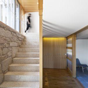 Escalera en madera de castaño y piedra en vivienda tradicional en Moscoso