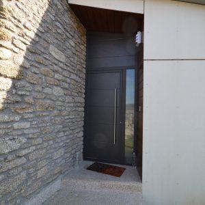 Puerta de entrada a vivienda en aluminio