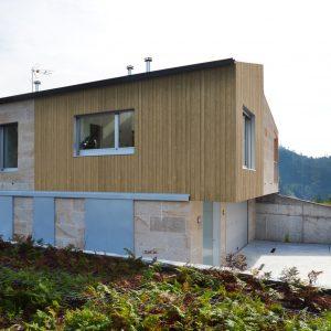 Fachada de madera en vivienda en Vilaboa