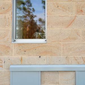 Detalle carpintería de fachada en Vilaboa
